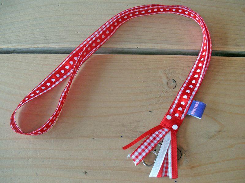 Rood geruit keycord met hartjeslint en sierlintjes