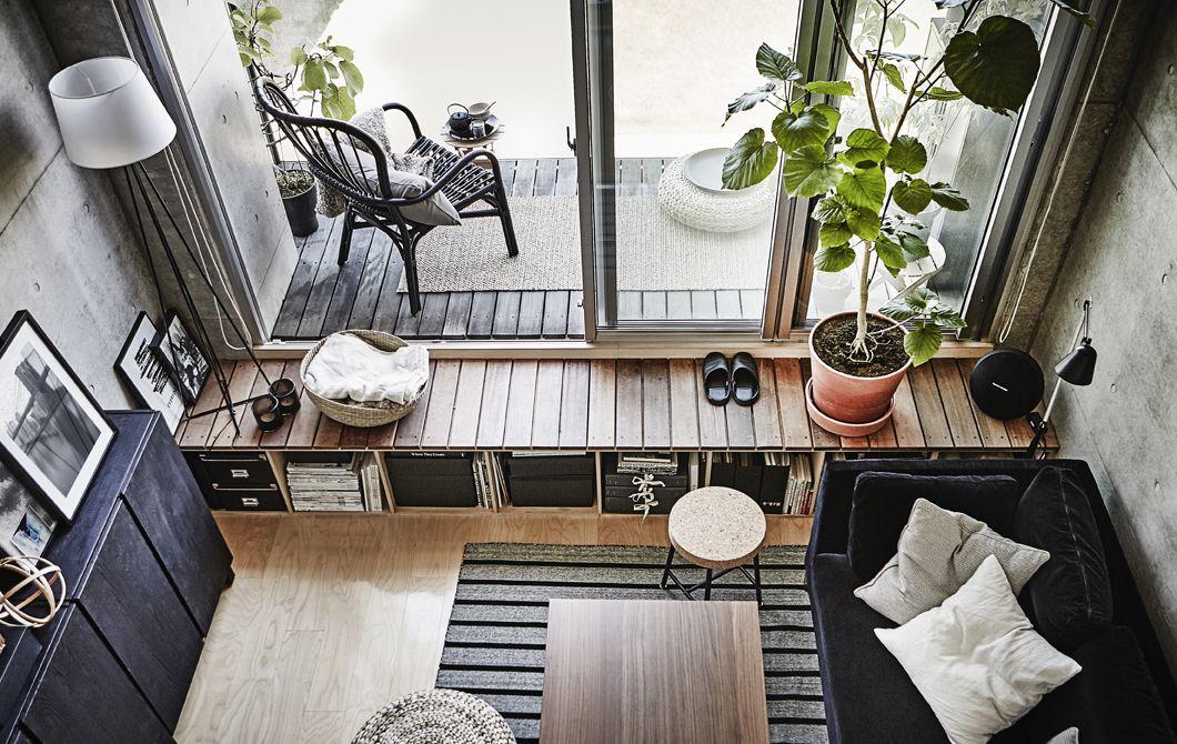 Woonkamer in grijs en zwart met terras en schuifdeur voor het
