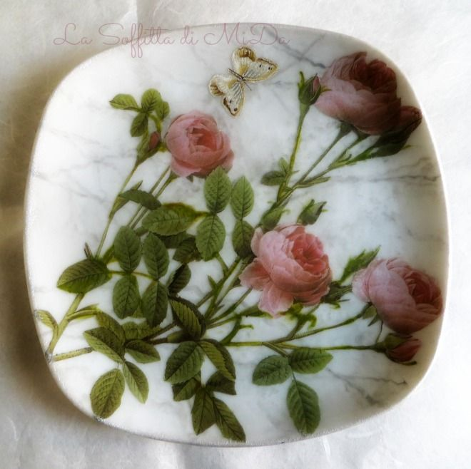 <p>Piatti di ceramica decorati con la tecnica del decoupage su fondo imitazione marmo bianco di carrara.</p>
