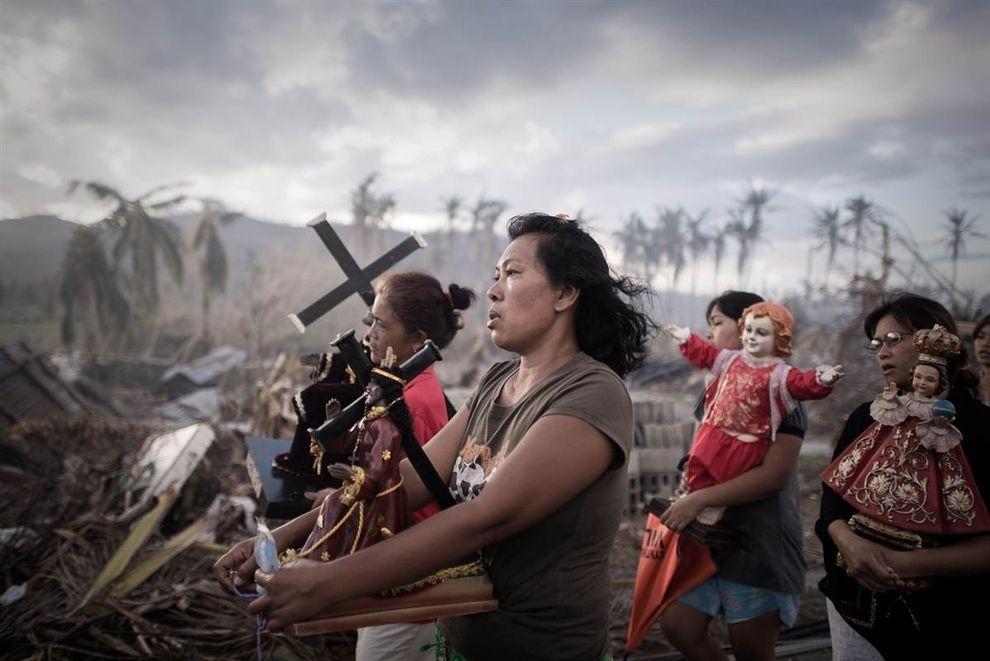 Los sobrevivientes del tifón Haiyan, que dejó sin hogar a 1,9 millones, participan en una procesión religiosa en Tolosa, en la isla filipina oriental de Leyte.