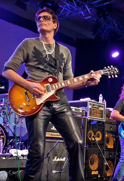 cool steve vai playing a les paul guitarists in 2019. Black Bedroom Furniture Sets. Home Design Ideas