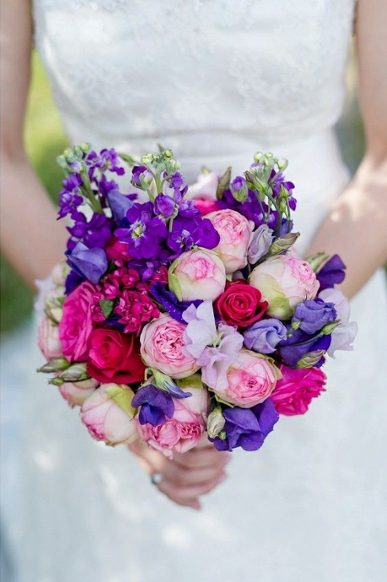 Romantische Hochzeit Sommer pur mit Freilandrosen in Pink Beere