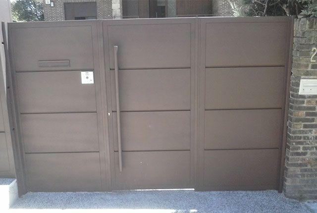 Puertas met licas de exterior de acceso peatonal y para for Puerta garaje metalica