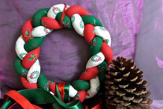 Kerstkrans handgemaakt van textiel. Gevlochten in groen, rood en wit. Voor aan de wand of op de tafel.