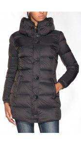 COLMAR MD 2203 è la giacca lunga con ampio collo, imbottita in piuma 100% naturale, in nylon opaco super leggero con trattamento idrorepellente e finissaggio anti-piuma.