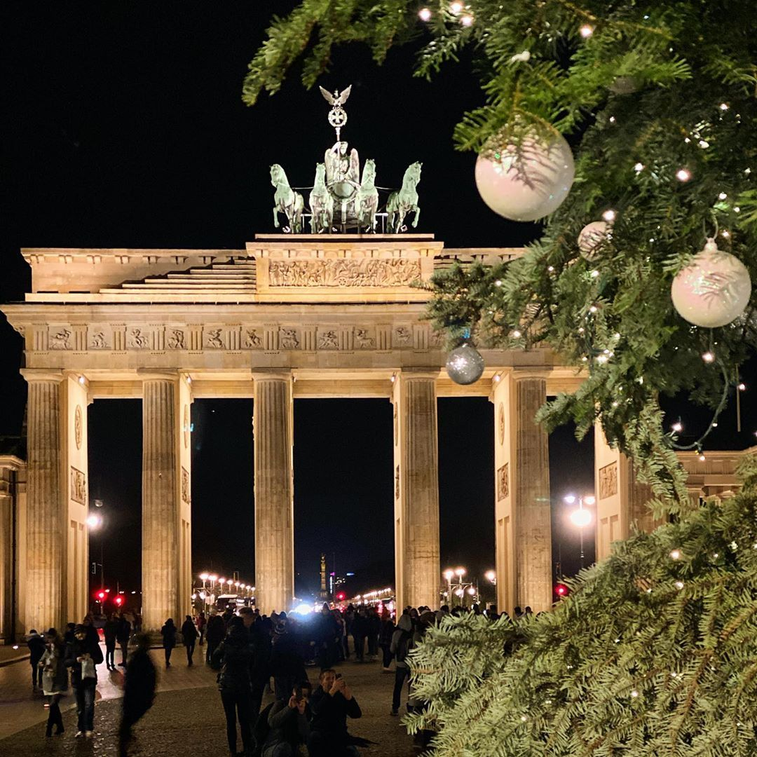 Awesome Berlin Auf Instagram I Wish You All A Merry Christmas With Love From Berlin House Styles Table Decorations Decor