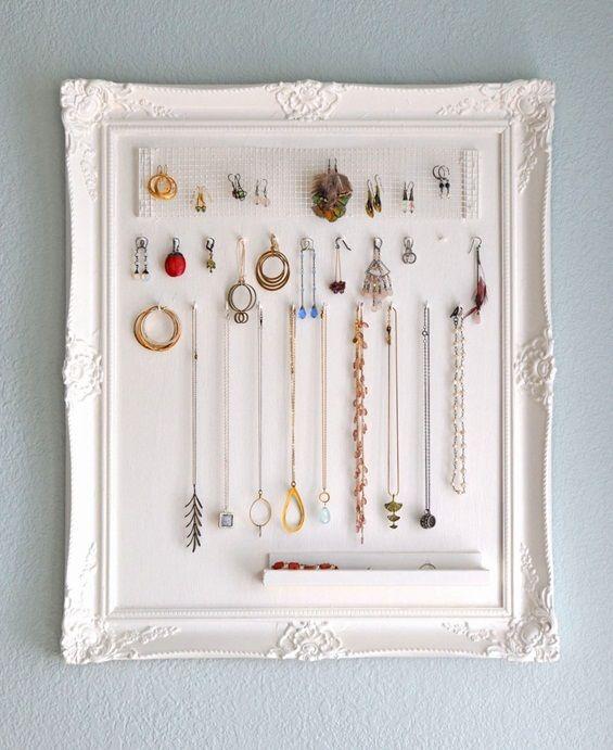 #Creative way to #organize #jewelry  http://www.kafepauza.mk/zivot/kreativen-nachin-za-organiziranje-na-vashiot-nakit/