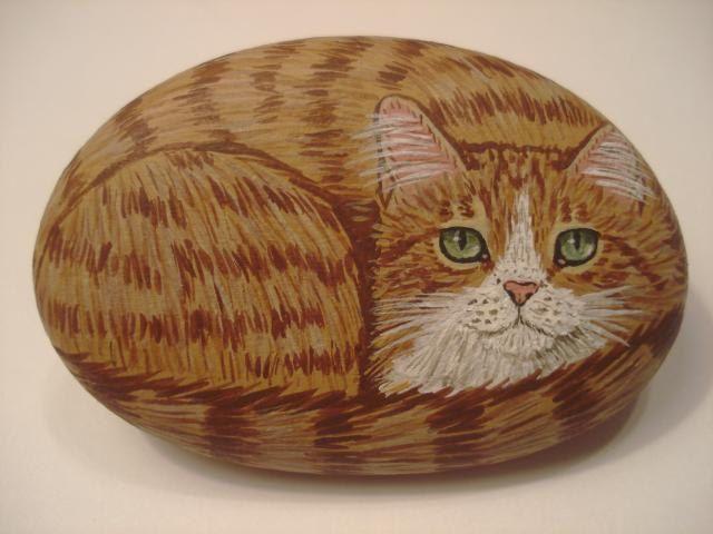 """Оранжевый полосатый кот свернулся калачиком на камне. Размер породе 2 """"х 1 1/4""""."""