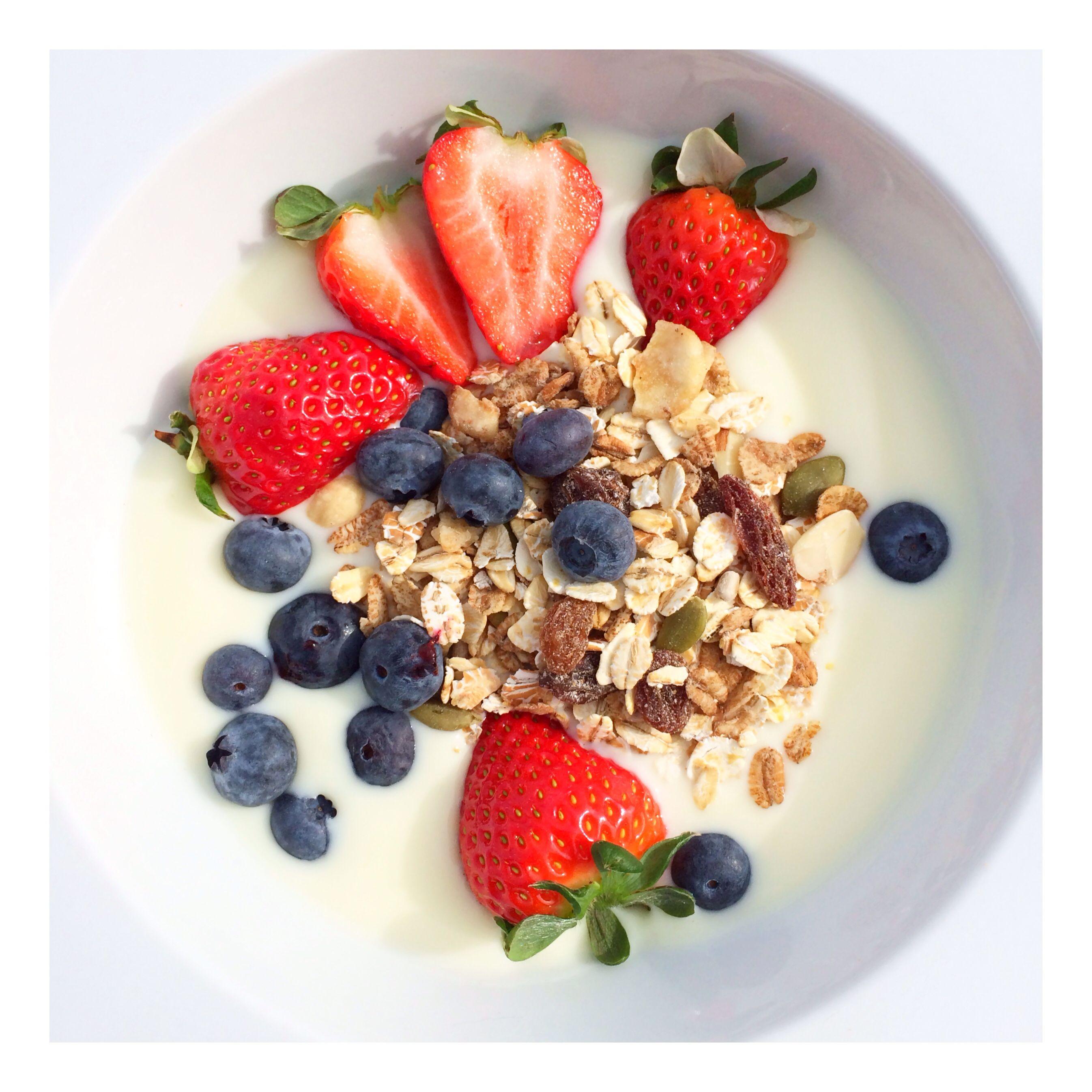 Yoghurt met aardbei, blauwe bes en muesli
