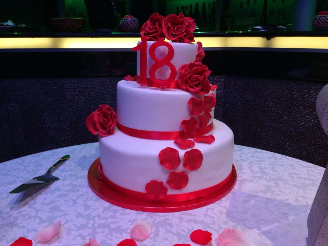 Rose rosse con cascata di petali torta realizzata in for Torte per 18 anni maschile