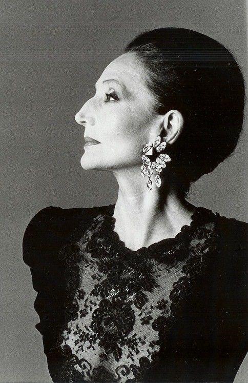 Jacqueline, Comtesse ist de Ribes (geboren am 14. Juli 1929 in Paris, Frankreich) ein Französisch Aristokrat , socialite und Modedesignerin . Sie ist auch ein Mitglied des International Best Dressed Liste seit 1962.