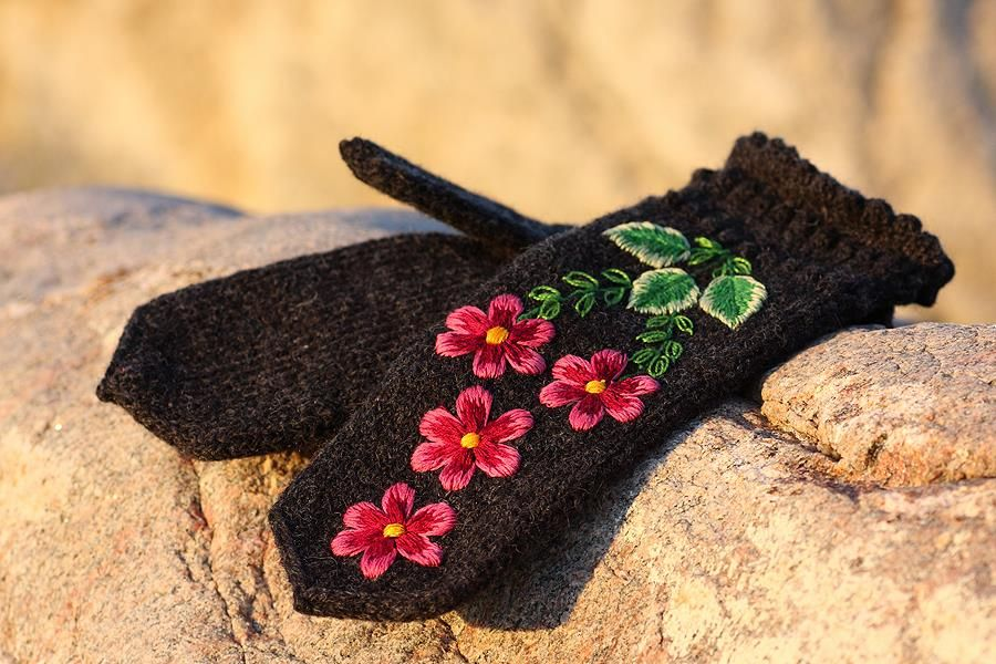 Estonian knitted and embroidered mittens