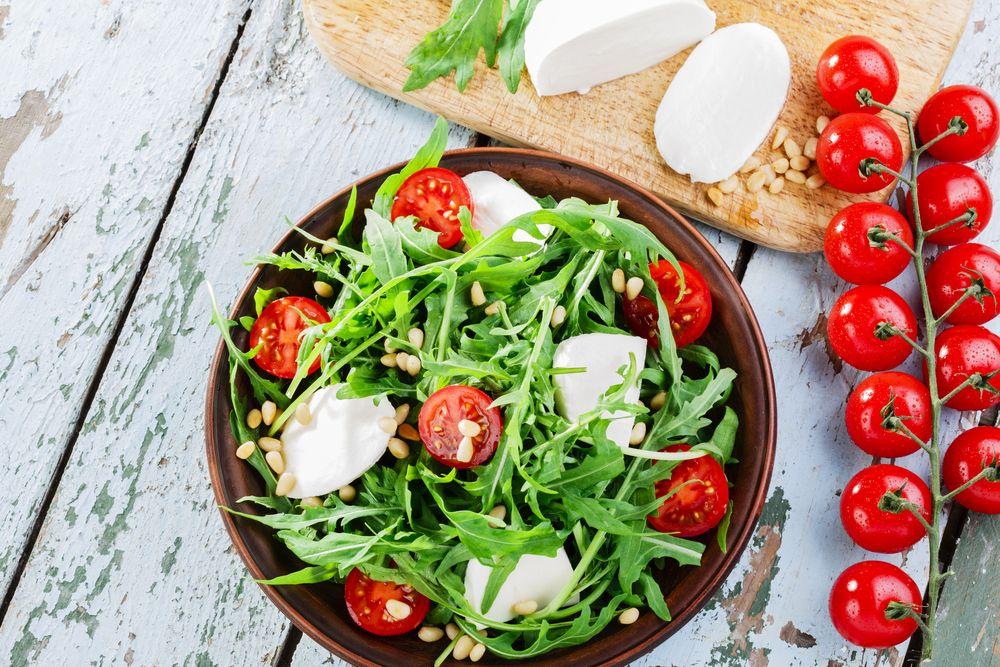 Salade de tomates cerise, mozzarella et pignons de pins..