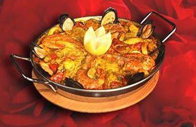 Tiempo de Gitanos ofrece,entre sus especialidades, gambas al ajillo, pulpo español a la gallega, paella de mariscos o salmón rosado con salsa verde. Si te gusta la comida española, este es el lugar.