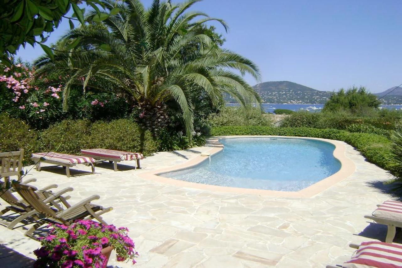 On this terrace you want to stay, aren't you? - http://www.aiximmo.ch/property/on-this-terrace-you-want-to-stay-arent-you-2/- Only 500 meters from the entrance to Saint-Tropez, this villa is in a quiet residential area. The beautiful landscape garden with the beautiful terrace offers a beautiful view of the sea and the massif des Maures . Apart from the south-east terrace with barbecue area is also a second protected
