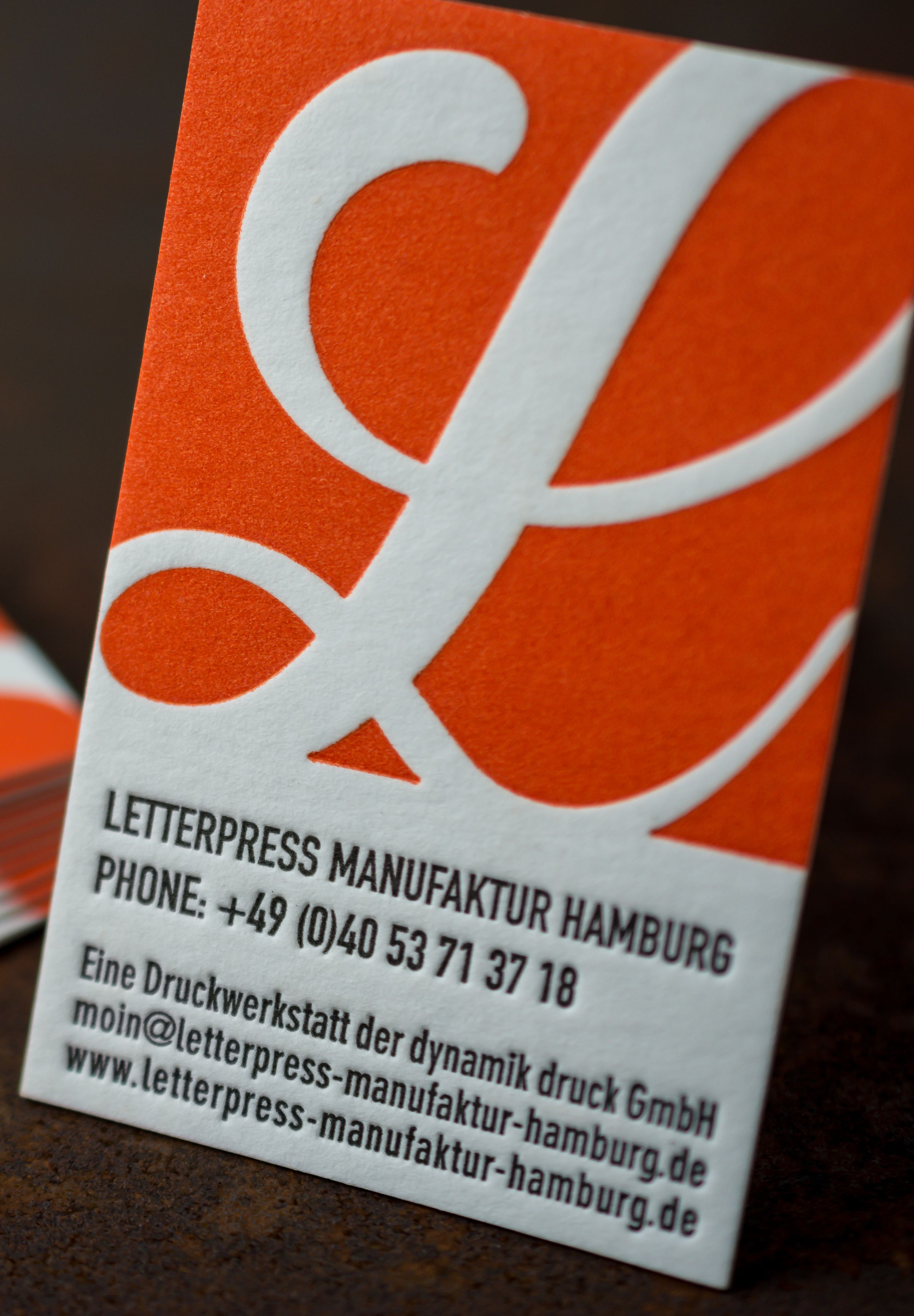 Business Card Letterpress Manufaktur Hamburg. Colour: Pantone 021 + Black. Paper: 450gsm Römerturm Wild white with a satiny-soft surface structure and a very high volume. The business cards have an embossed and sharp prints with a great haptic deepening. #visitenkarten #buchdruck