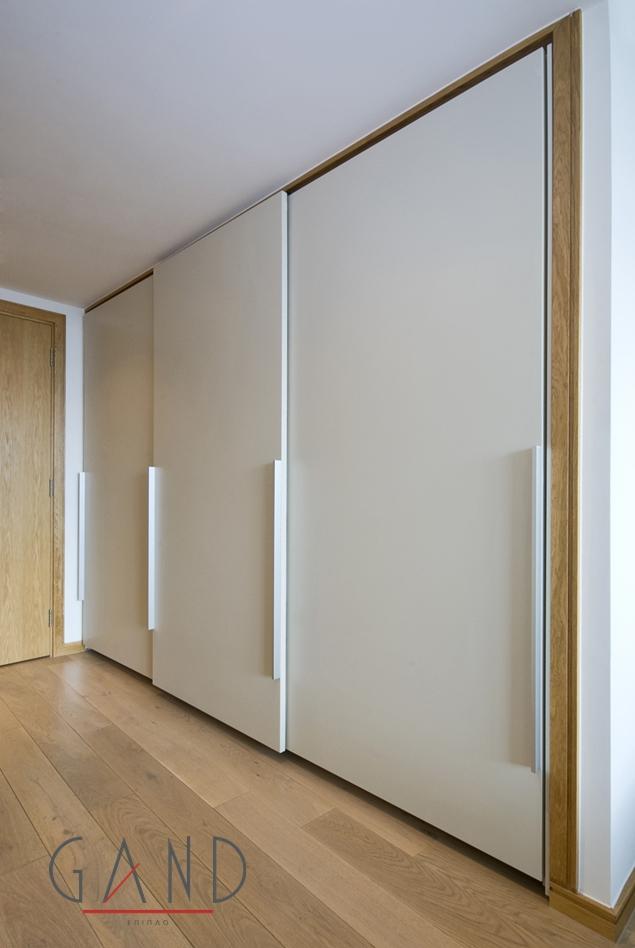 συρόμενη ντουλάπα Amalia με λάκα ματ στις πόρτες με μηχανισμό κρεμαστό βαρέως τύπου και φρένα στο Wardrobe Design Bedroom Sliding Wardrobe Doors Wardrobe Doors