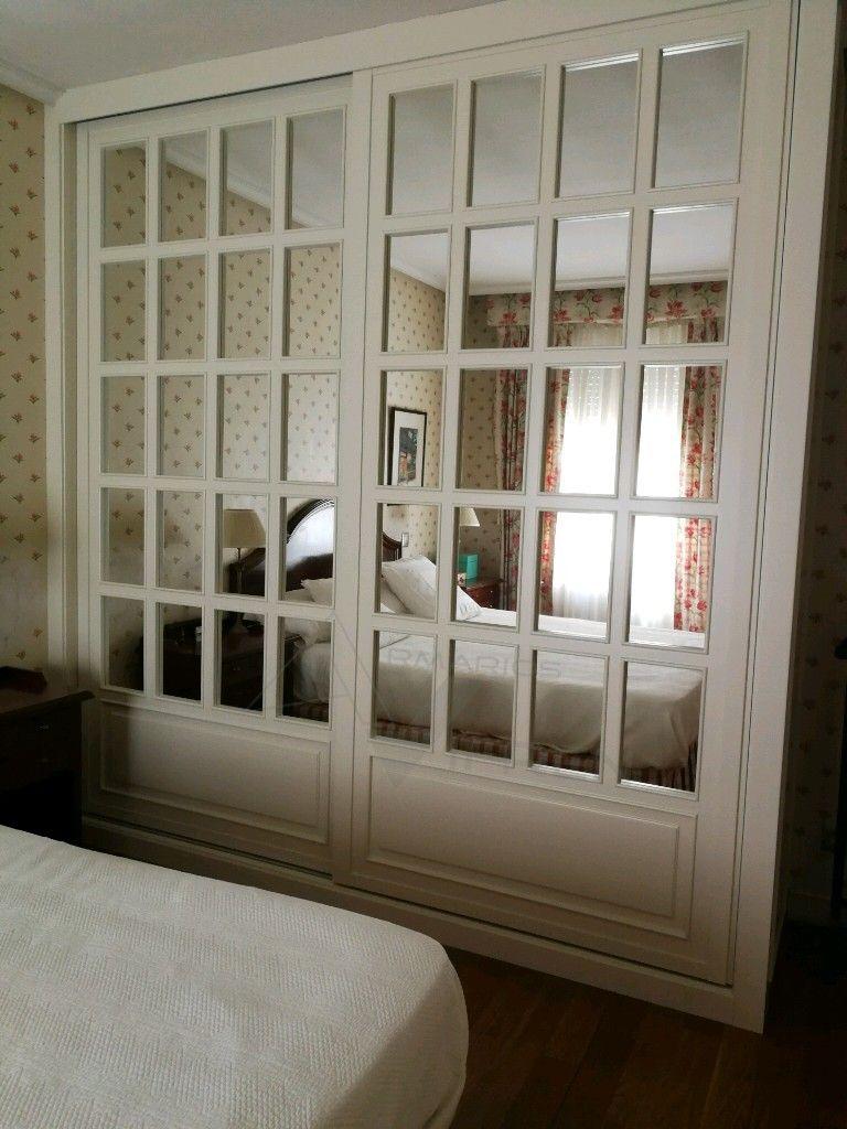 Armario empotrado de puertas correderas hechas con paliller a y espejo lacadas a juego con Puertas de madera decoradas