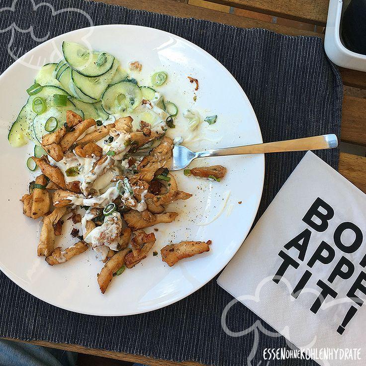 Selbstgemachtes Hähnchen-Gyros an Gurkensalat - Essen ohne Kohlenhydrate