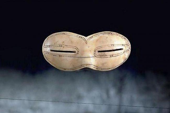 <p>UNAS GAFAS DE SOL (800 AÑOS): Fueron descubiertas en Canadá. Se usaban para proteger los ojos del resplandor del sol reflejado en la nieve (Foto: Canadacool). </p>
