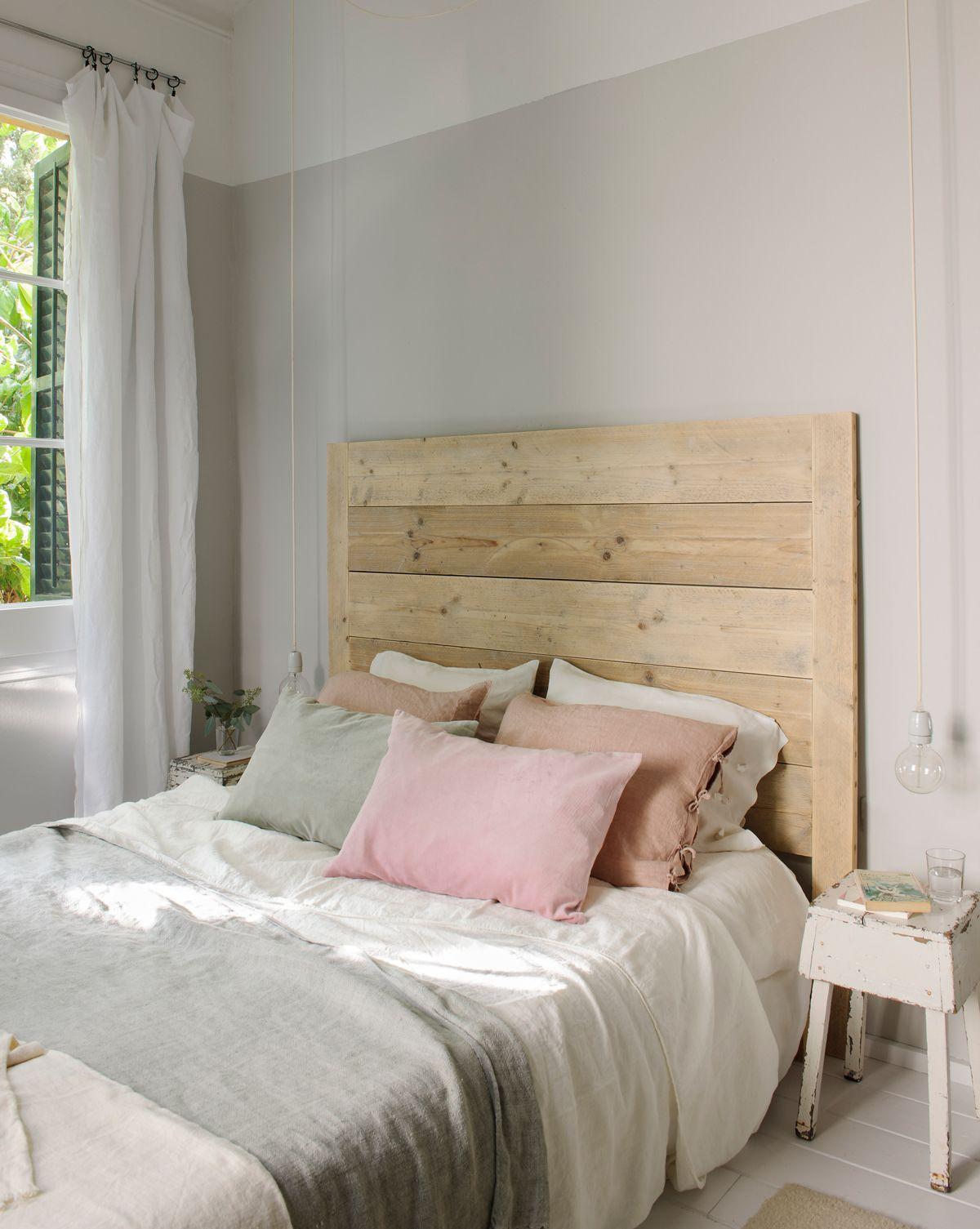 Dormitorio half painted en blanco y gris. Cabecero de madera natural ...