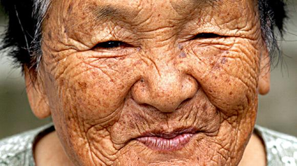 Japanese old woman - Ikääntyneen japanilaisnaisen hymyilevät kasvot.
