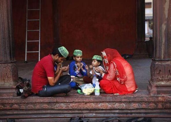 عائلة هندية مسلمة تدعو قبل الإفطار وذلك في مشهد روحاني جميل بالعاصمة الهندية نيودلهي رمضان حول العالم Masha Allah Muslim Family Life Touch Islam