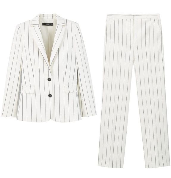 Paletó e calça listrados -  A chic pantsuit is a must for any working woman. Opt for a pin-striped version over mundane black.