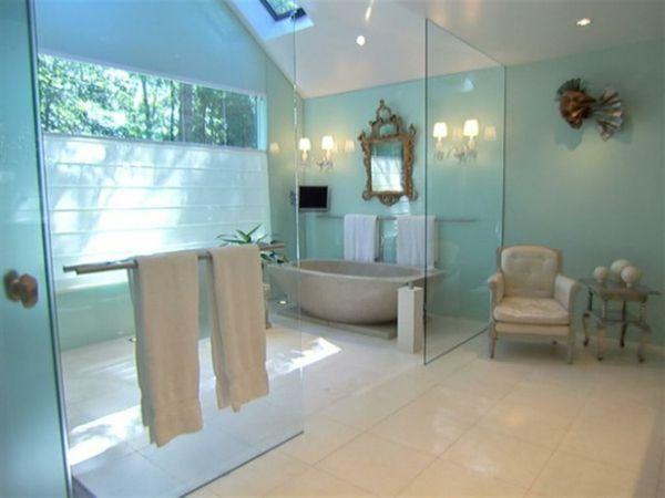 badezimmer modern ausstatten gro e duschkabine und badewanne wei e bodenfliesen badezimmer. Black Bedroom Furniture Sets. Home Design Ideas