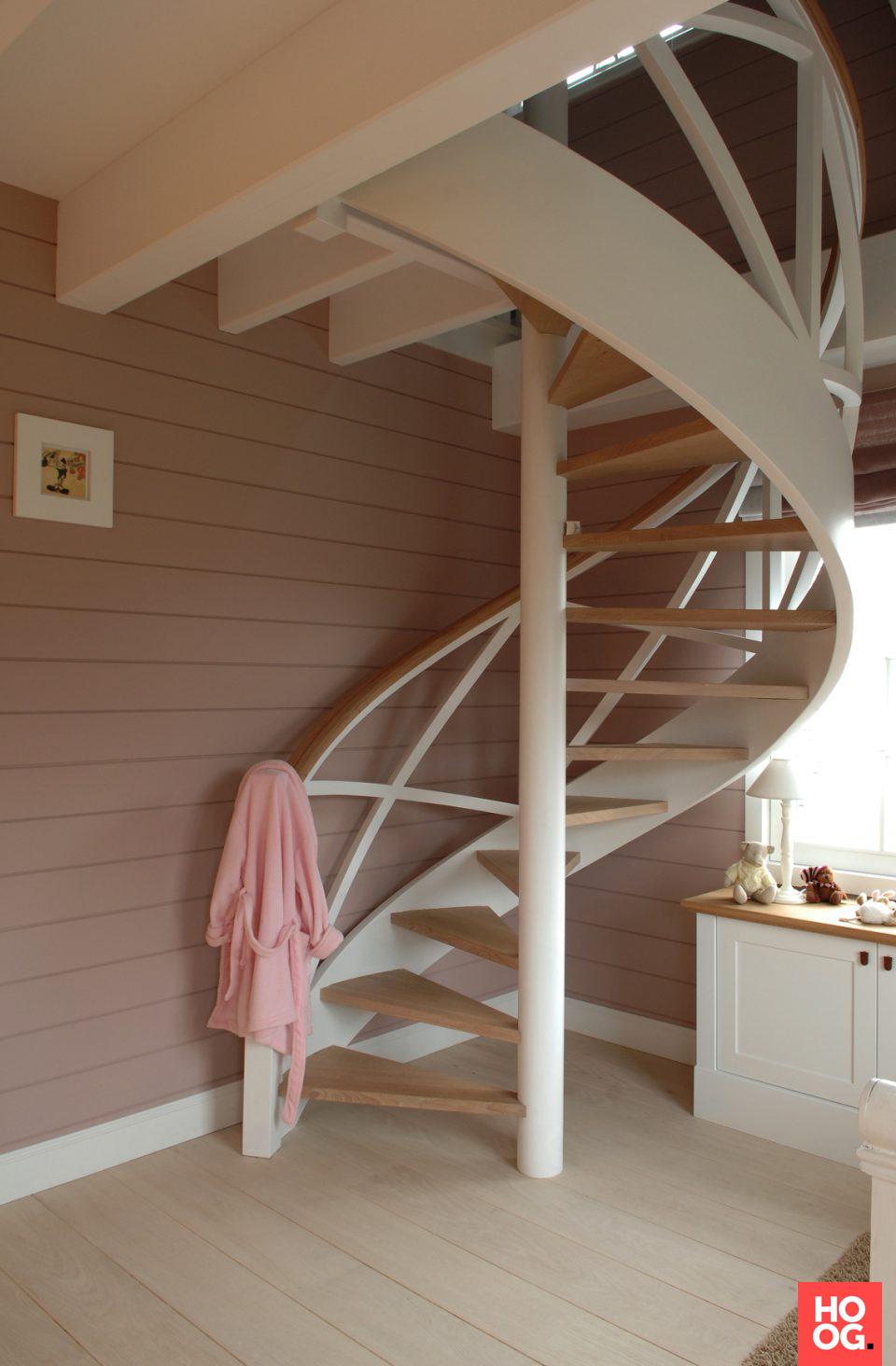 Witte gebogen trap met houten treden | hal inrichting | interieur inspiratie | hallway ideas | Hoog.design #halinrichting