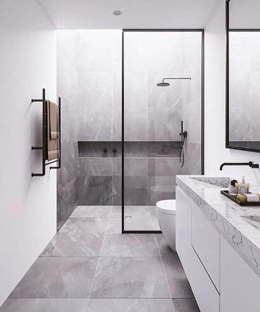 Badezimmer Entworfen Von Enviable Designs Eine Akzentwand In Turkisfarbenen U Bahn Fliesen Dusche Fliesen Duschboden Badezimmer