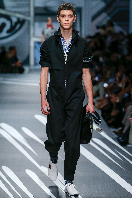 Macacão preto masculino da Prada. Veja mais tendências de moda masculina  para a primavera verão no blog Marco da Moda 8ac26de7ef