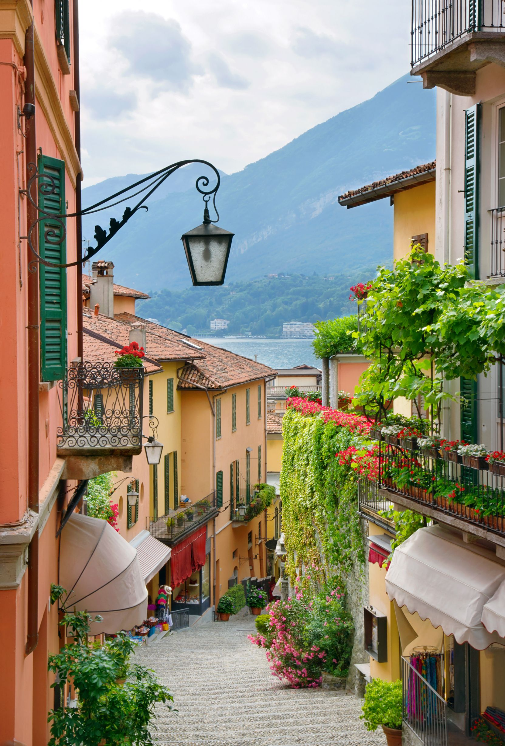 Picturesque small town street view in bellagio lake como for Lake house in italian