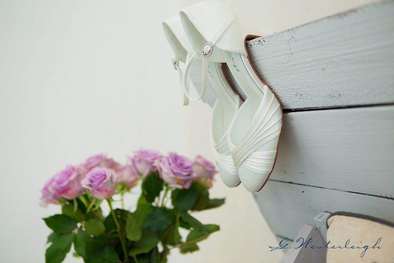 In diesem Artikel finden Sie nützliche Tipps und Ideen rund um die Auswahl der richtigen Brautschuhe. Setzen Sie auf Stil und Komfort!