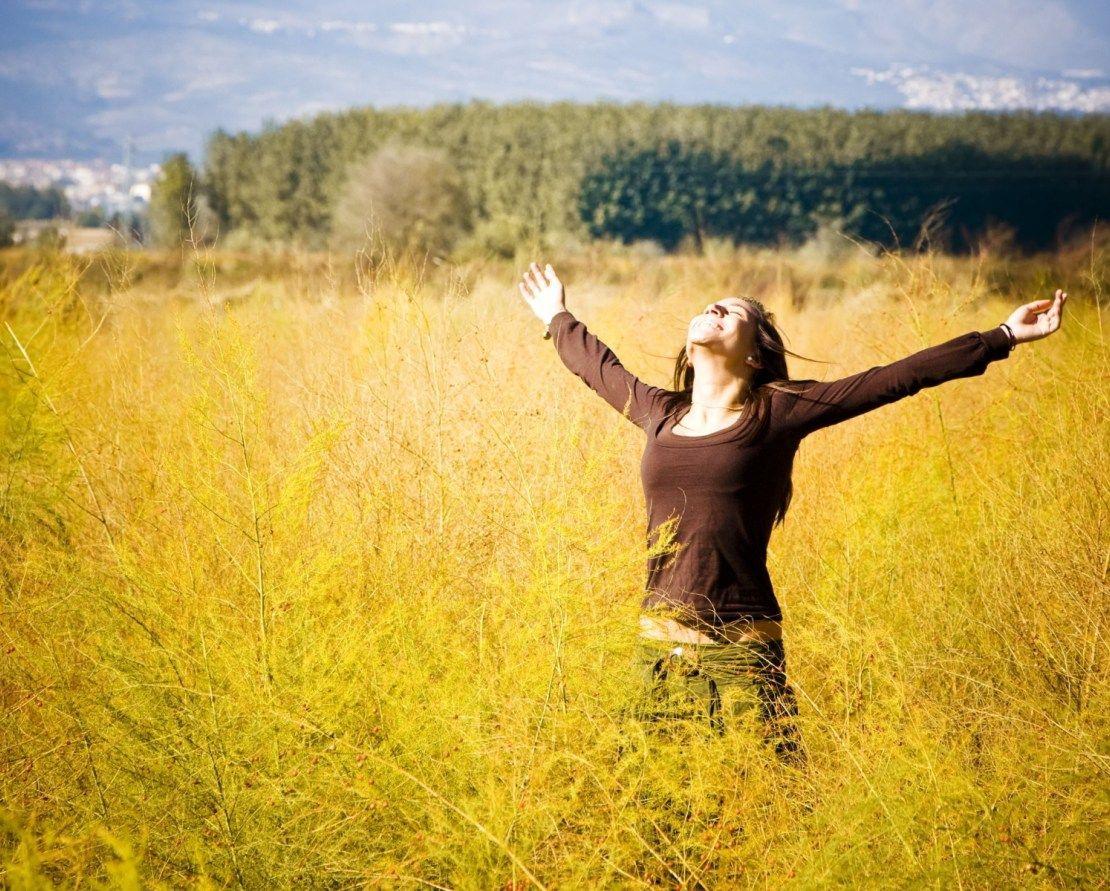 mulher com os braços abertos agradecendo | Belas imagens, Melhores imagens,  Braços abertos