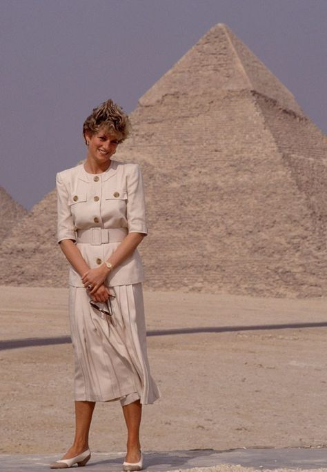 12 MAY 1992 PRINCESS DIANA TOURS THE PYRAMIDS AND THE SPHINX AT GIZA, EGYPT  ON A 5 DAY TOUR | Princess diana fashion, Princess diana, Diana fashion