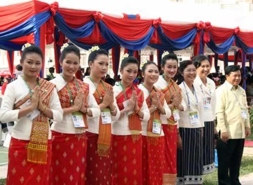 Khi gặp nhau người Lào thường chắp tay và cúi chào