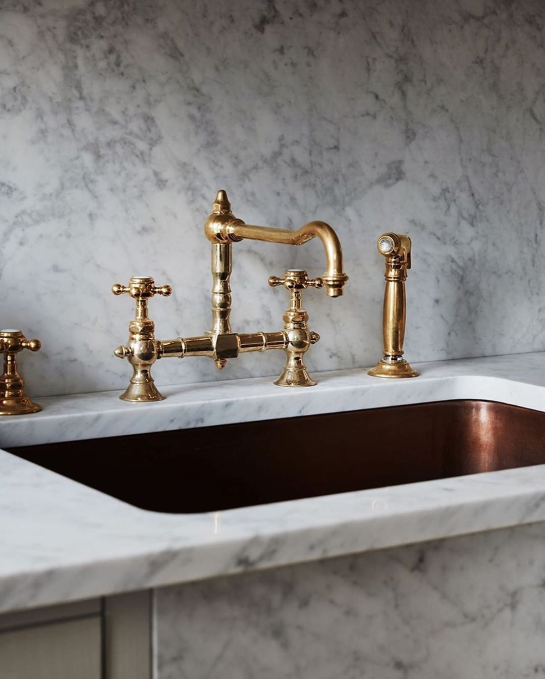Waterworks On Instagram A Kitchen Pairing With French Flair Our Julia Faucet Normandy Copper Sink In A Project By Luxury Kitchens Sink Waterworks Kitchen