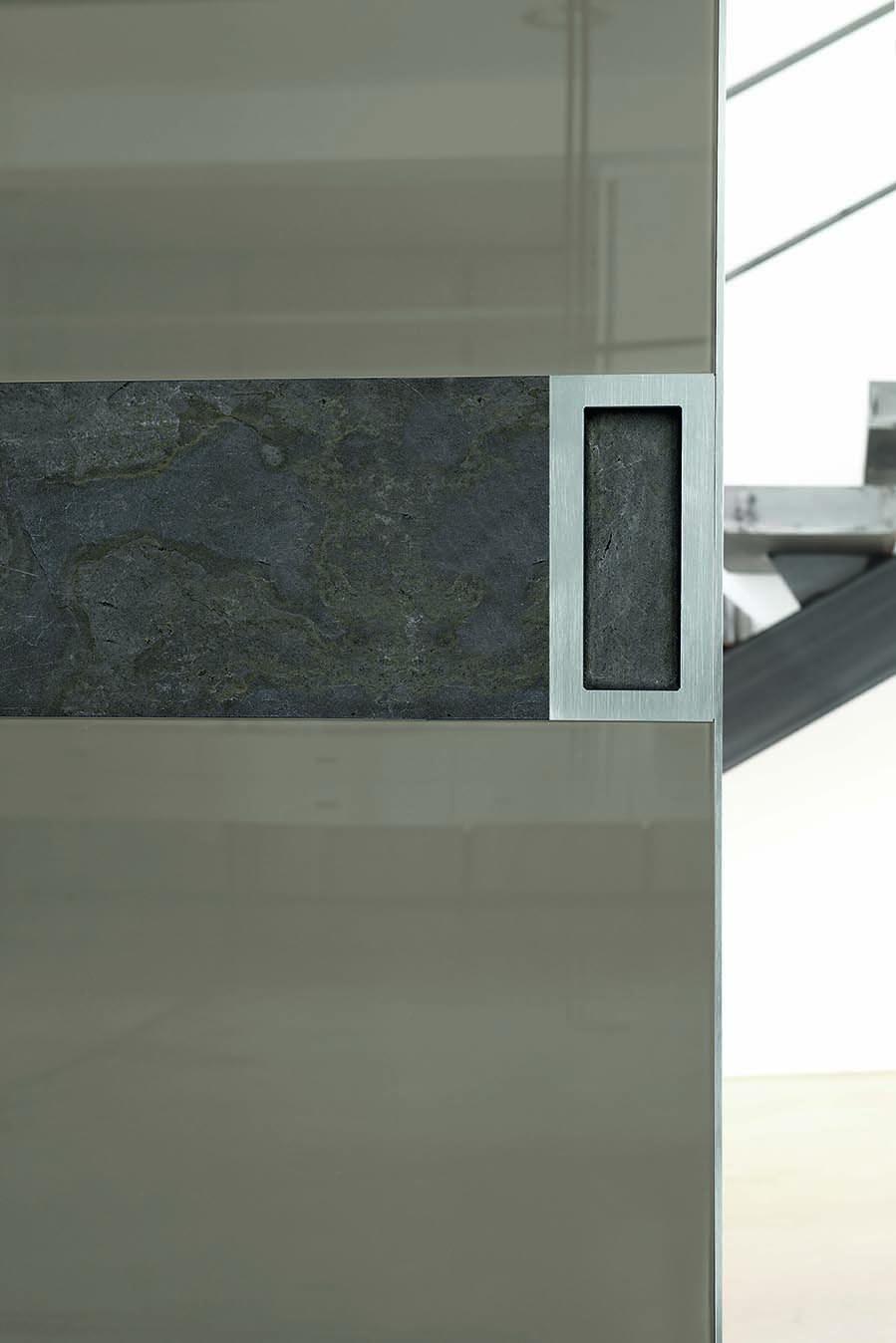 Dettaglio porta scorrevole due ante in vetro lucido grigio quarzo e ...