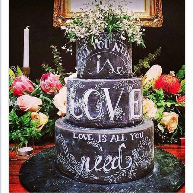 All you need os love  love is all we need ❤️ Inspiração doce do dia! {Regram @blogmotherofthebride_cristina} #sweet #bolo