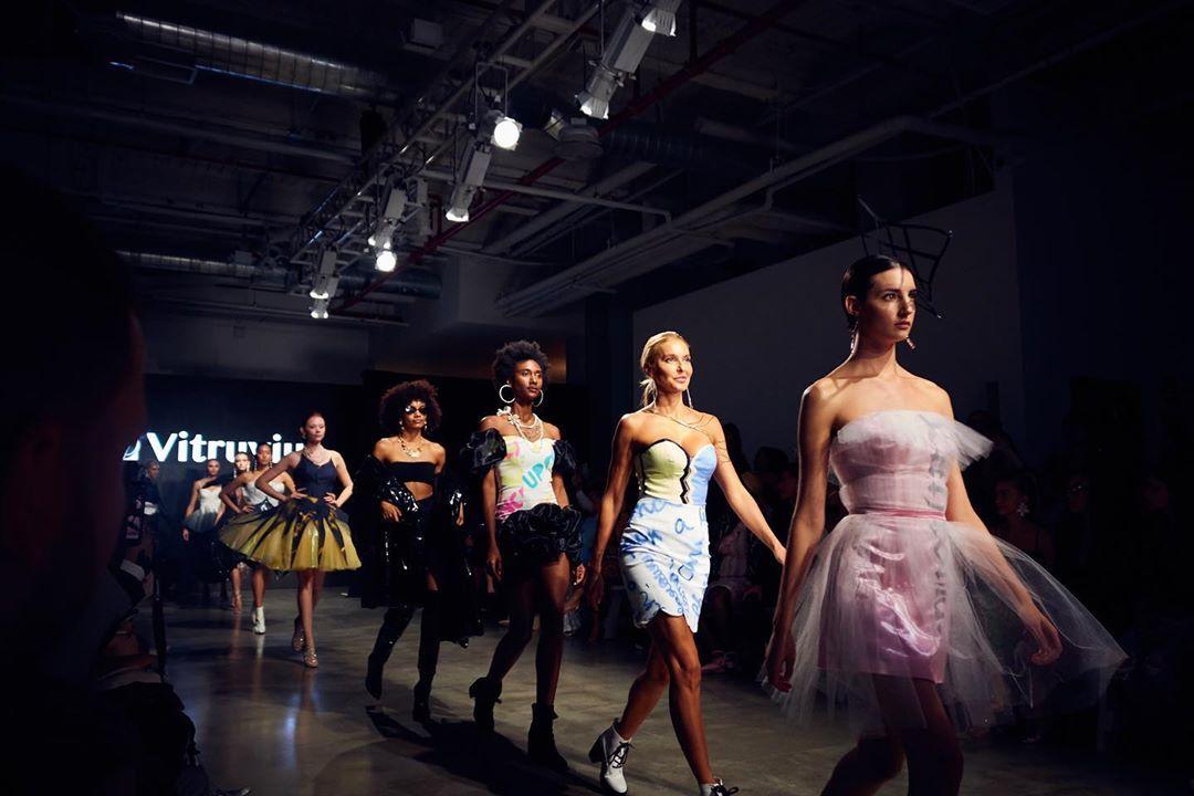 Drop Top Designer Clothes Front Row At Fashion Shows In 2020 Met Afbeeldingen Designerkleding Modeshow Mode