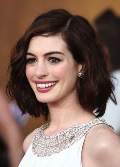 Anne Hathaway con capelli castani Haircuts and colors