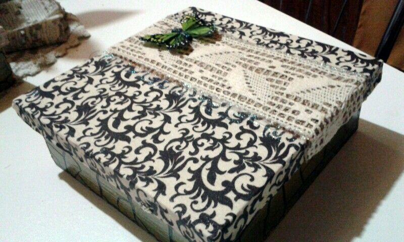 Caixa de MDF decorada com tecido, entremeio em renda. Borboleta artesanal, parte de baixo craquelado.