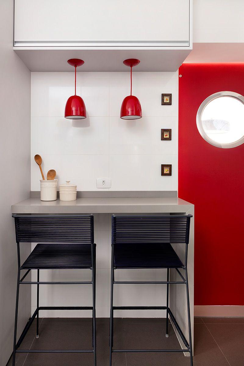 Cozinha cinza e vermelha