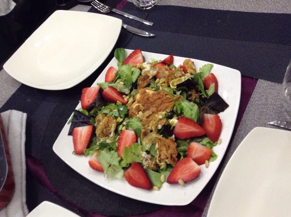 Green salad with strawberries and grilled goat's cheese