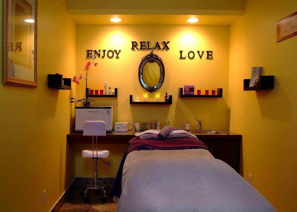 I love the idea of this wall with the shelves with the for Massage room design ideas