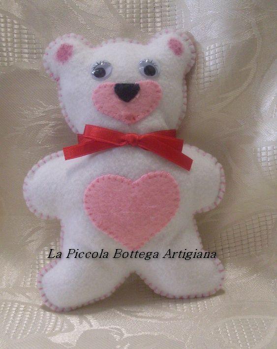 Orsetto in panno lenci bianco con pancino e musetto in panno lenci rosa ed occhietti in plastica mobili