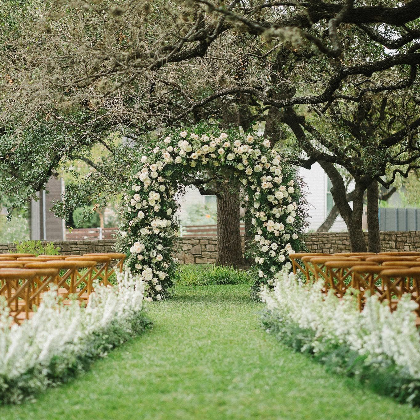 Loved all the greenery in this fall wedding