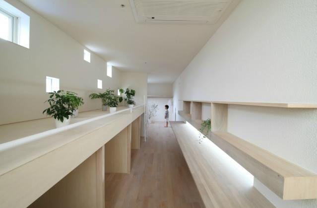 狹長小空間的最大利用 透過天井引入光線 用淡麗的色彩 減少空間的