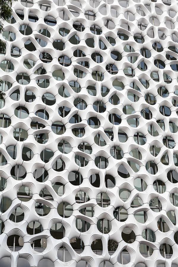 Ilmaa pesevä lämpömuokattu muovilaatta  Millennium Chem (now Cristal Global)Mega Panels - Green Technology, Walls, Fabrication - Architect Magazine